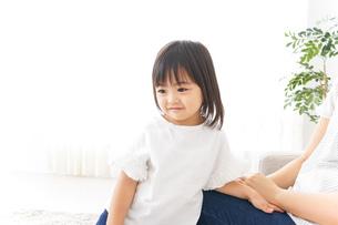 部屋で遊ぶ子供の写真素材 [FYI04658437]