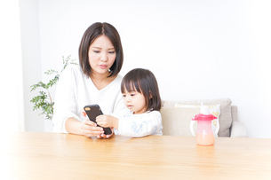 スマホを使う子どもの写真素材 [FYI04658453]