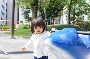 公園で一人で遊ぶ子どもの写真素材 [FYI04658484]