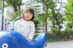 公園で一人で遊ぶ子どもの写真素材 [FYI04658486]