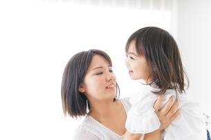 母親 抱っこ 子どもの写真素材 [FYI04658488]