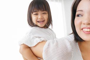 母親 抱っこ 子どもの写真素材 [FYI04658489]
