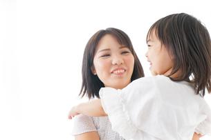 母親 抱っこ 子どもの写真素材 [FYI04658493]
