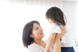 母親 抱っこ 子どもの写真素材 [FYI04658498]