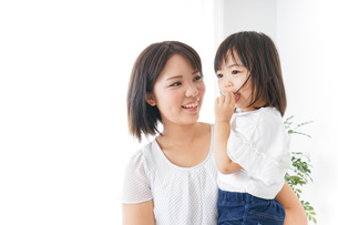 母親 抱っこ 子どもの写真素材 [FYI04658502]