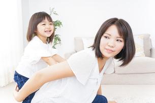 母親 抱っこ 子どもの写真素材 [FYI04658503]