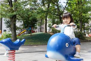 公園で一人で遊ぶ子どもの写真素材 [FYI04658505]
