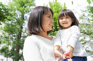 母親 抱っこ 子どもの写真素材 [FYI04658507]