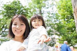 母親 抱っこ 子どもの写真素材 [FYI04658508]