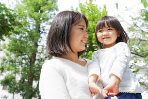 母親 抱っこ 子どもの写真素材 [FYI04658509]