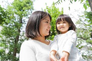 母親 抱っこ 子どもの写真素材 [FYI04658511]