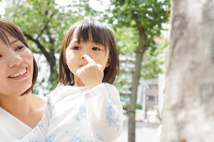 母親 抱っこ 子どもの写真素材 [FYI04658515]