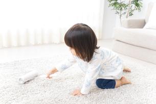 掃除をする子供の写真素材 [FYI04658527]