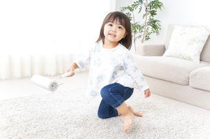 掃除をする子供の写真素材 [FYI04658529]