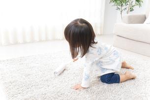 掃除をする子供の写真素材 [FYI04658530]
