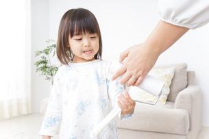 掃除をする子供の写真素材 [FYI04658531]