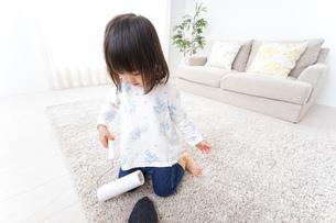 掃除をする子供の写真素材 [FYI04658532]