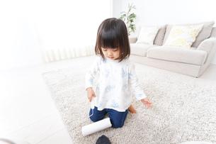 掃除をする子供の写真素材 [FYI04658533]