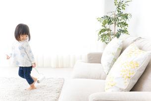 掃除をする子供の写真素材 [FYI04658535]