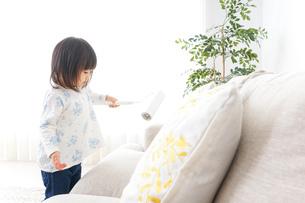 掃除をする子供の写真素材 [FYI04658536]