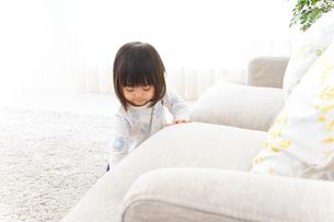 掃除をする子供の写真素材 [FYI04658537]