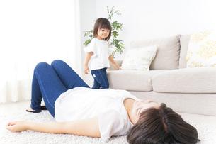部屋で寝る子どもの写真素材 [FYI04658546]