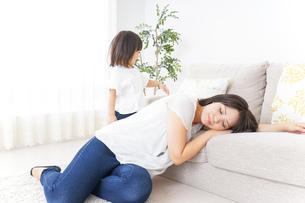 部屋で寝る子どもの写真素材 [FYI04658547]