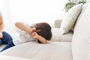 部屋で寝る子どもの写真素材 [FYI04658560]