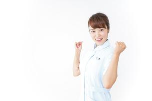 ガッツポーズをする看護師の写真素材 [FYI04658629]