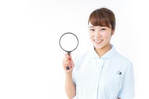ルーペを持つ看護師の写真素材 [FYI04658654]