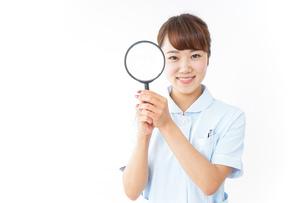 ルーペを持つ看護師の写真素材 [FYI04658659]