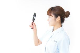 ルーペを持つ看護師の写真素材 [FYI04658660]