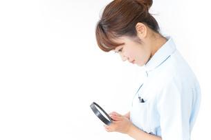 ルーペを持つ看護師の写真素材 [FYI04658662]