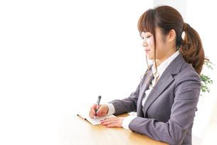 ノートを取るビジネスウーマンの写真素材 [FYI04658761]