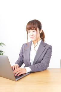 パソコンとビジネスウーマンの写真素材 [FYI04658771]