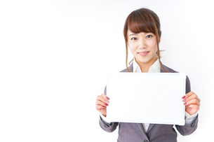 ホワイトボードを持つビジネスウーマンの写真素材 [FYI04658779]