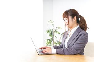 パソコンとビジネスウーマンの写真素材 [FYI04658790]