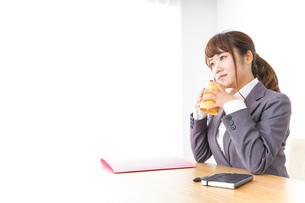 マグカップを持つビジネスウーマンの写真素材 [FYI04658791]