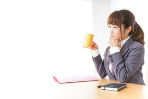マグカップを持つビジネスウーマンの写真素材 [FYI04658792]