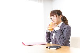 マグカップを持つビジネスウーマンの写真素材 [FYI04658793]