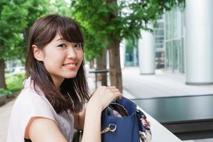 カバンを見る若い女性の写真素材 [FYI04658819]