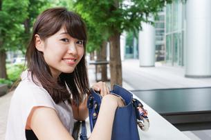 カバンを見る若い女性の写真素材 [FYI04658822]