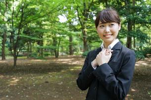 メッセージを確認するスーツ姿の女性の写真素材 [FYI04658879]