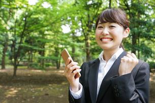 通話をするビジネスウーマン・就活生の写真素材 [FYI04658889]