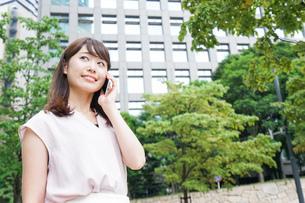 通話する女性の写真素材 [FYI04658923]