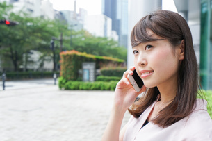 通話する女性の写真素材 [FYI04658928]