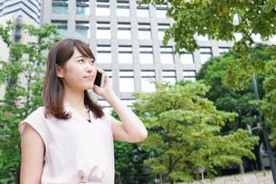 通話する女性の写真素材 [FYI04658931]