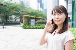 通話する女性の写真素材 [FYI04658932]