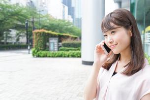 通話する女性の写真素材 [FYI04658933]