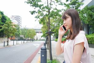 通話する女性の写真素材 [FYI04658939]